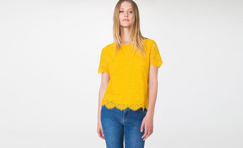 T-shirt en dentelle jaune moutarde