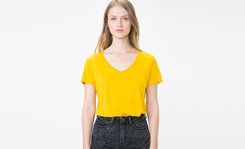 T-shirt à col V jaune
