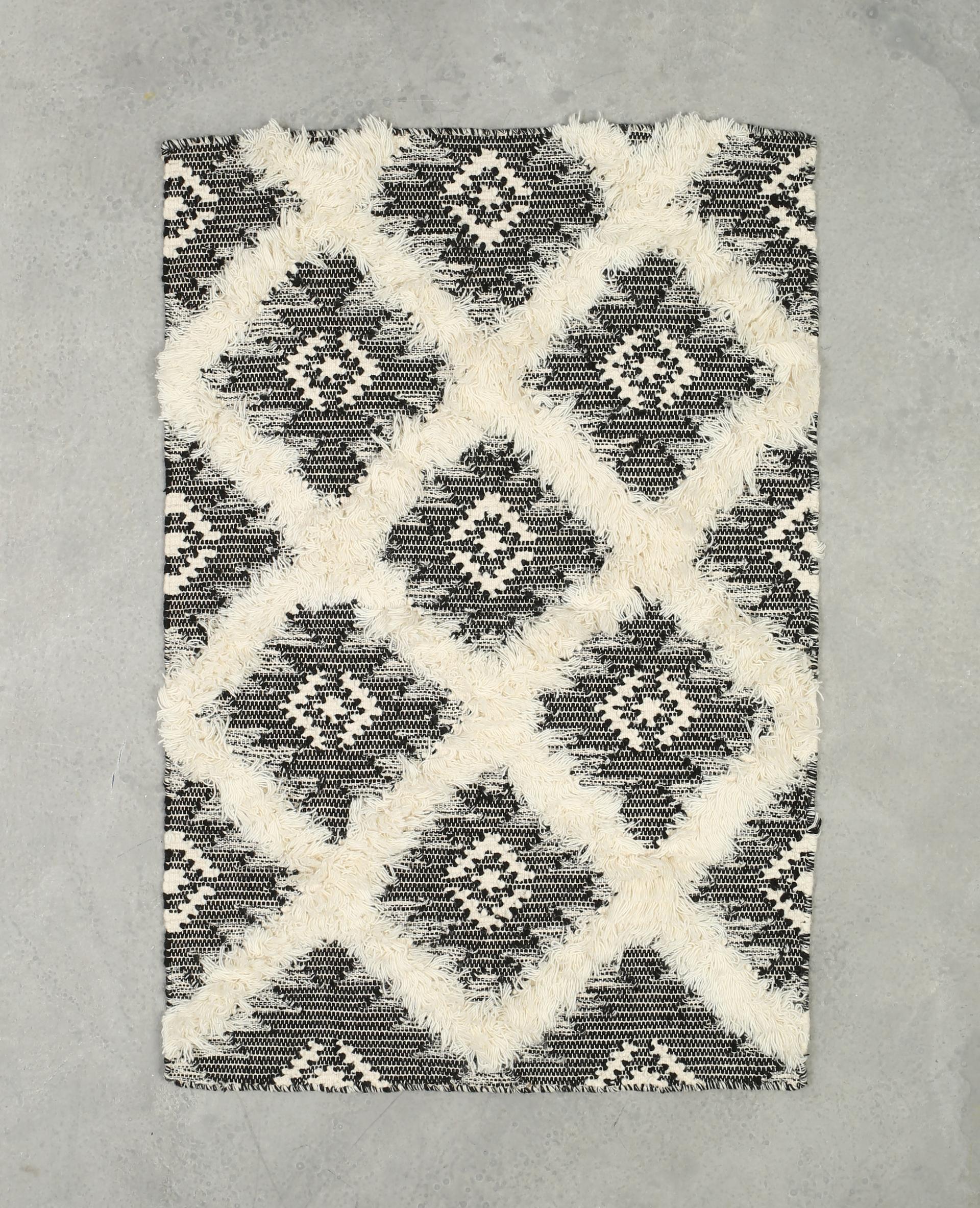 tapis ethnique losanges noir 907097899i89 pimkie. Black Bedroom Furniture Sets. Home Design Ideas