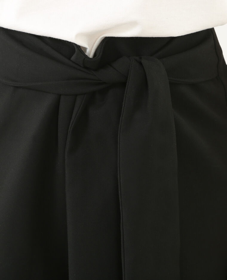 Short ceinturé noir
