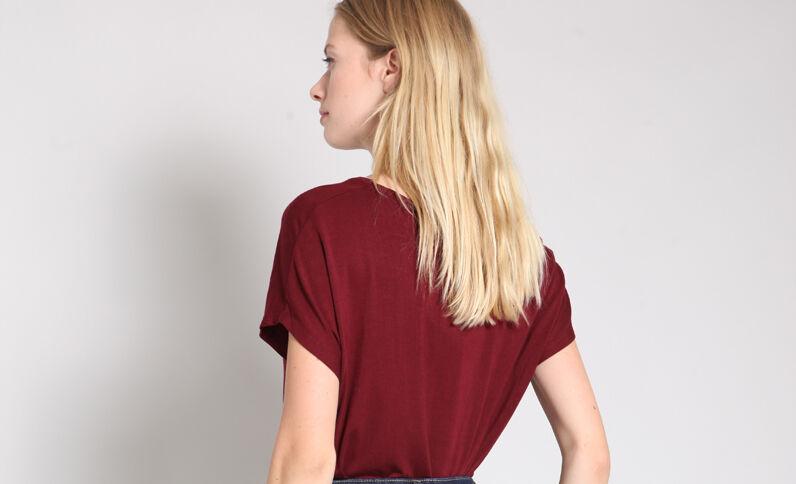 T-shirt à col V bordeaux