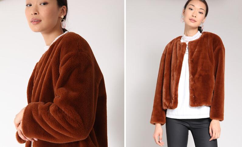 Manteau court en fausse fourrure beige poudré