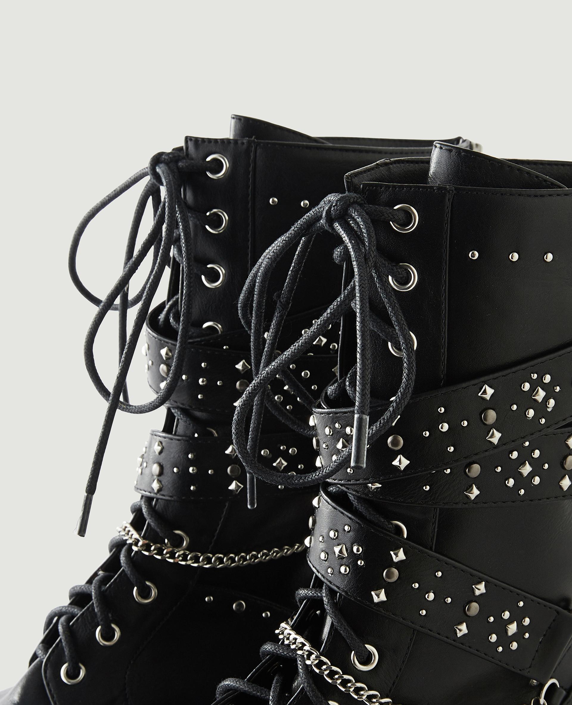 Boots cloutées en simili cuir noir - Pimkie
